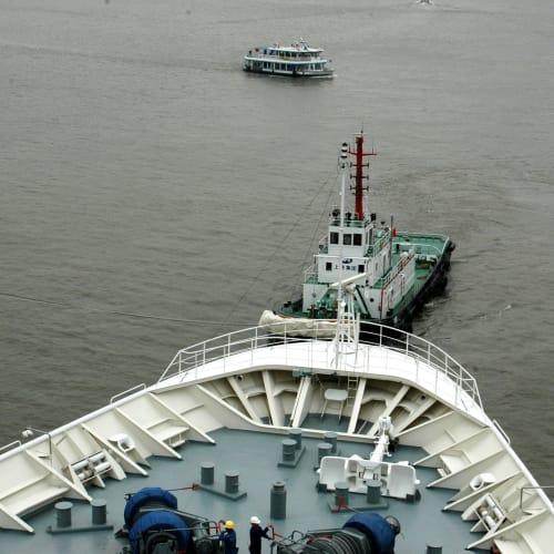 タグボートに引かれて | 上海での客船レジェンド・オブ・ザ・シーズ
