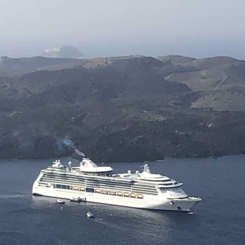 サントリーニ島から見たわれわれの乗船しているジュエル オブ ザ シーズが遥か遠くにみえる。 | サントリーニ島での客船ジュエル・オブ・ザ・シーズ