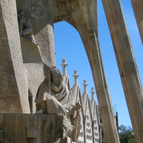 「受難のファサード」の西側には趣の違う現代彫刻 | バルセロナ