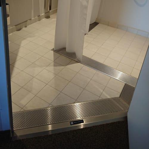 車椅子対応のため、バスルームとの段差はありません。   客船MSCベリッシマの客室