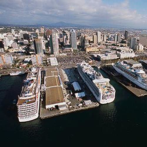 10月7日の早朝、San Diego に到着しました。入港したのは一番左側のピアです。 San Diego  の中核とも言える眺めです。大きなパーキングロットの先に