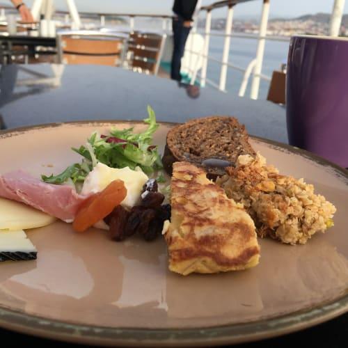 スパニッシュオムレツと、グラノーラ。チーズはいろんな種類があるので日替わりで。   客船プルマントゥール・ホライズンのブッフェ、フード&ドリンク