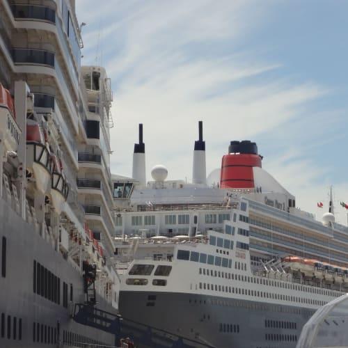リスボン (ポルトガル) 先着のメリー2とエリザベス | リスボンでの客船クイーン・メリー2