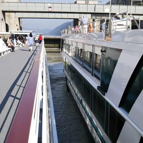 水門通過。水門を通過する経験は、今回のクルーズが初めて。特に1つ目は、夜中で壁に近く、感動しました。クルーズ期間中に、11の水門を通過。 | 客船MSシンフォニーの外観