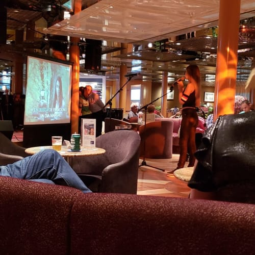大きめのカフェがアトリウムがわりに使われます。   客船プルマントゥール・ホライズンの乗客、アクティビティ、船内施設
