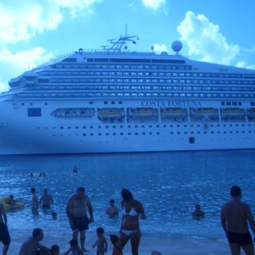 停泊地すぐ隣のビーチで水遊び | グランドターク島での客船コスタ・フォーチュナ