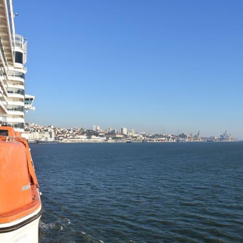 テージュ川の河口の港というより湾の港といった方が正しいと思ったリスボン港。 | リスボン