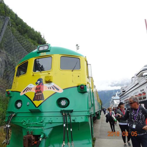 White Pass & Yukon Route Railway。船の目の前に停車しています。   スカグウェイ(アラスカ州)