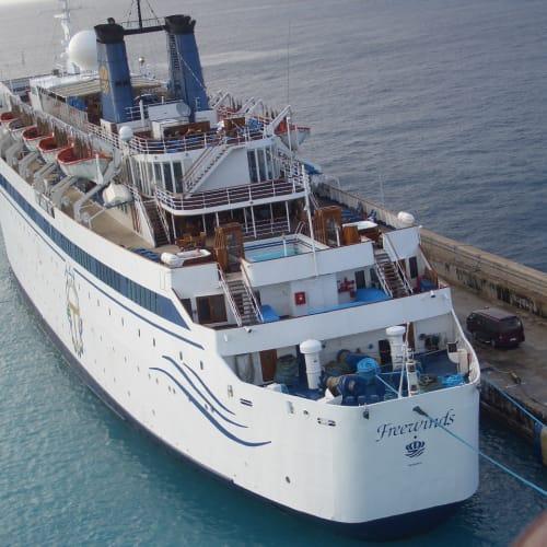 こちらも珍しい船。Freewindsです。http://www.freewinds.org/ | ブリッジタウン