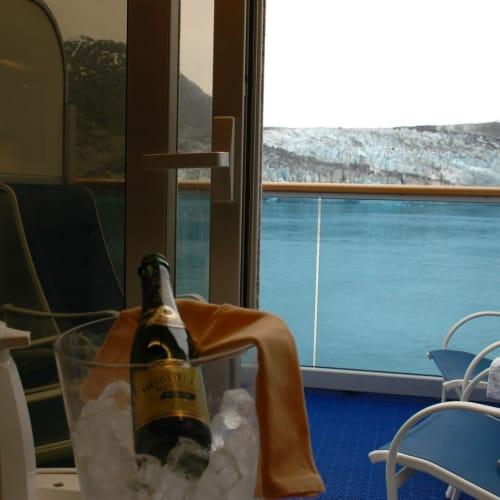 キャビンのバルコニーから氷河鑑賞しながらのシャンパンブレックファスト | 客船サファイア・プリンセスの客室