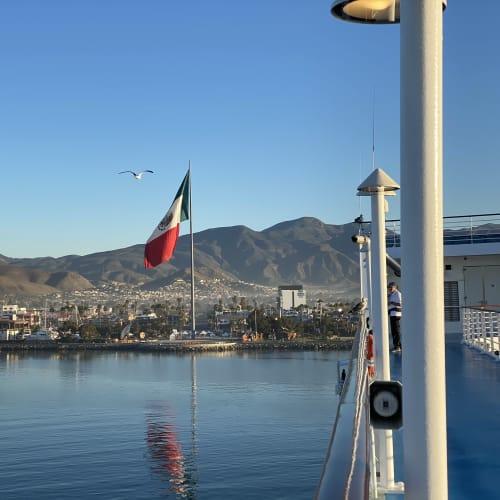エンセナダの港には大きな国旗が掲げられていました。 | エンセナーダ(バハ・カリフォルニア州)での客船シィレーナ