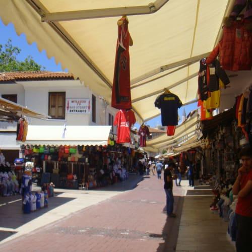 翌日はトルコ。予想通り、街中にコーランの詠唱が響いていた。 写真は(多分観光客向けの)商店街。 | クシャダス / エフェソス