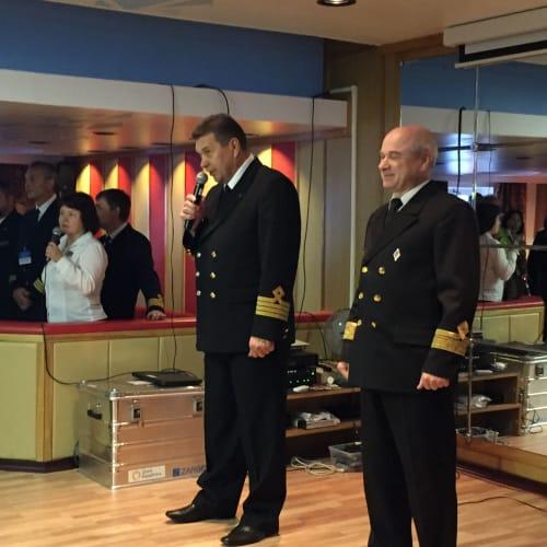 もちろん、クルーは全てロシア人でした。 | 客船50イヤーズ・オブ・ヴィクトリーのクルー、アクティビティ、船内施設