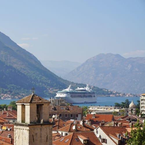 コトルの街並みと美しいフィヨルドと船の景色は絶景。   コトル