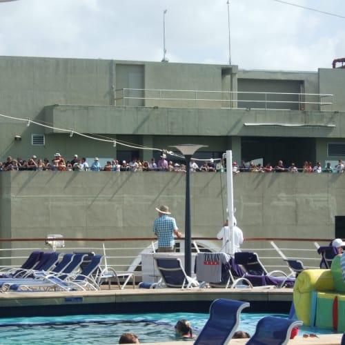 パナマ運河 船の通過を見学する陸の観光客 | パナマ運河での客船アムステルダム