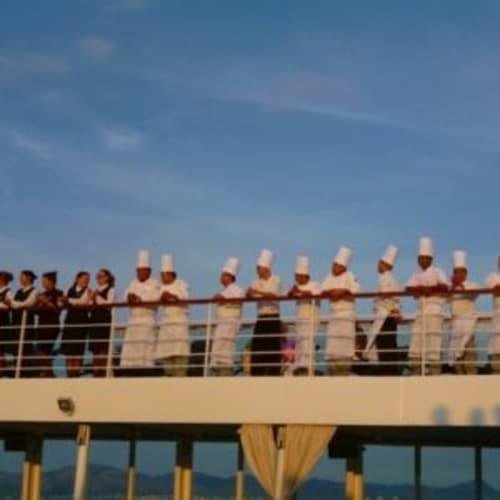 デッキでキャビアパーティで贅沢にキャビアとシャンパンが振舞われた後は、スタッフ総出で並んでお別れの挨拶。 | 客船シーボーン・オデッセイのクルー、船内施設