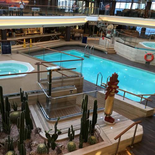 上から見た同じ屋内プールです。   客船MSCベリッシマの船内施設