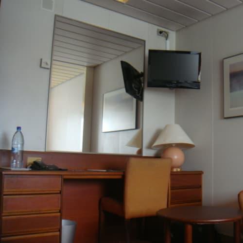 部屋にはこんな一角もあって、下手なビジネスホテルよりはデスクワークが捗る。 | 客船パシフィック・パールの客室