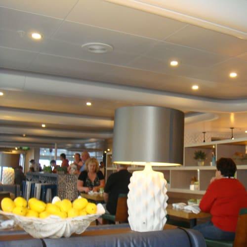 これがビュッフェのテーブルエリア。おしゃれで落ち着いた雰囲気だが、効率面では疑問も。 | 客船パシフィック・ジュエルの船内施設