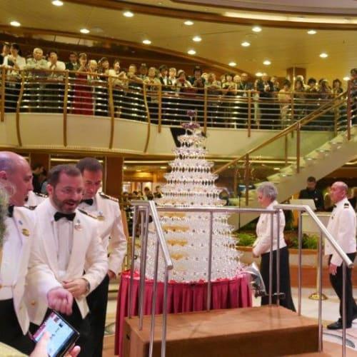 グラスタワー   客船ダイヤモンド・プリンセスのクルー、アクティビティ、船内施設