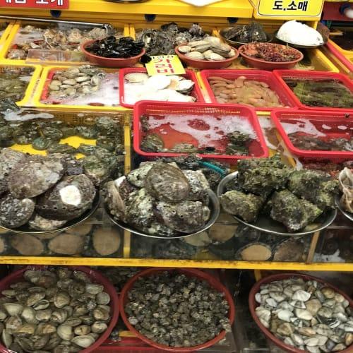 チャガルチ市場は、魚介類を買い、調理してもらって食べる。 朝鮮戦争の頃、女性が集まって商売を始めたと伝えられる。 | 釜山