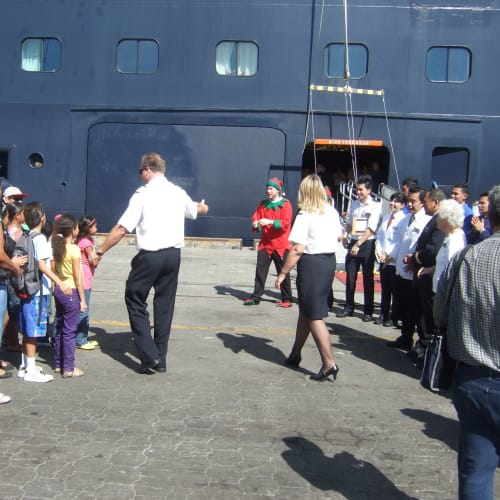 プンタレナス(コスタリカ) 地元孤児院の子供たちを船に招待 | プンタレナス(プエルト・カルデラ)での客船アムステルダム
