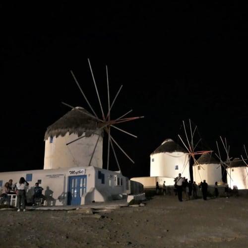 ガンガン大音響の音楽がかかる賑やかなリトル・ヴェニスの街中を抜けて、ライトアップされているカト・ミリの風車に到着 | ミコノス島