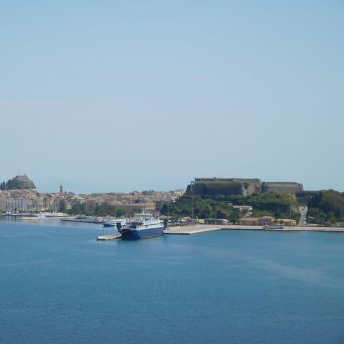 写真はクルーズ船から見たコルフ島の旧要塞&新要塞です。コルフ島のエクスカーション情報を記載します。乗船後のリーフレットにより割引価格が記載されていたりするので、よく見て購入するといいです。(私はフリー観光)  Visit to Sissi's palace and the city of Corfu(4h,55ユーロ) /The Bay of Paleokastritsa and the city of Corfu(4h,45ユーロ) /Easy tour of Corfu Island(3h,30ユーロ) /Jeep adventure(4.5h,90ユーロ→67.5ユーロ) /Shuttle bus | ケルキラ島(コルフ島)