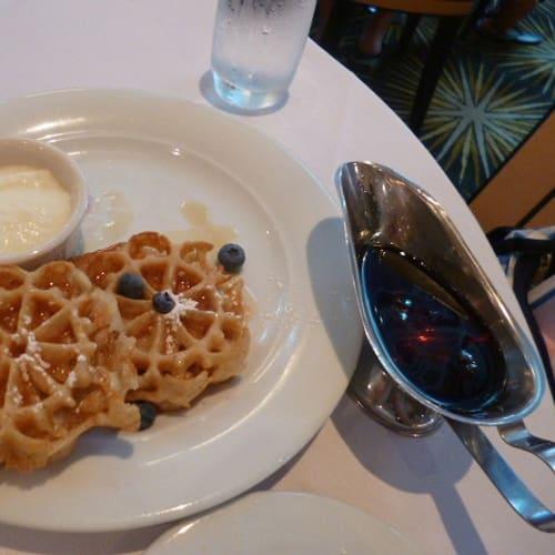 朝食のワッフルにはたっぷりすぎるメープルシロップ | 客船プライド・オブ・アメリカのダイニング、フード&ドリンク