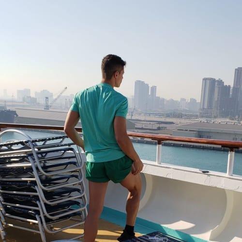 エンターテイメント・スタッフは朝からジョギングやトレーニング。おつかれさまです!   客船プルマントゥール・ホライズンのクルー、船内施設