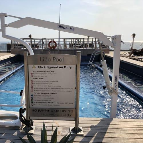 プールサイドにはハンディキャップのあるゲストも楽しめるよう、こんな設備もあります   客船クイーン・エリザベスの船内施設