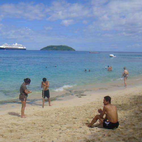 10日 混んでいないビーチ   ドラビューニー島での客船フォーレンダム