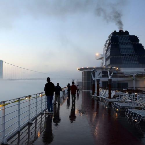 十五日目:クルーズを終えたセレブリテイサミットは霧のニューヨークケープリバティに帰港   ケープ・リバティ(ニューヨーク)での客船セレブリティ・サミット