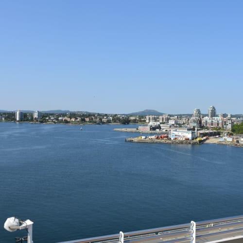 船上から写したヴィクトリアの街です。  ダウンタウン地区は正面の高層ビルの右手になります。 | ビクトリア(バンクーバー島)