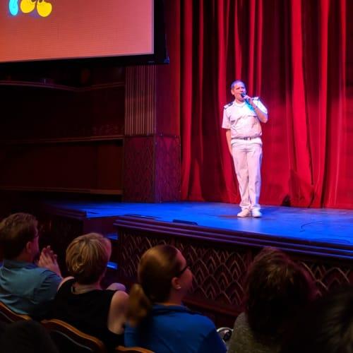 ミッキーの4代目声優の方のプレゼンテーション(写真に写っているのはアシスタントクルーズディレクターのマシューです笑)   客船ディズニー・マジックのクルー、アクティビティ、船内施設