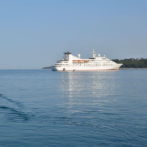 テンダーボートで上陸 | ロヴィニでの客船シーボーン・スピリット