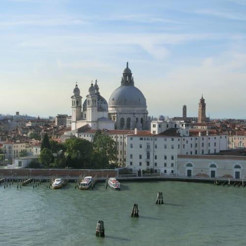 サンタ・マリア・デッラ・サルーテ教会の鐘の音に見送られながら、船は運河を抜けてアドリア海に出て行く | ヴェネツィア