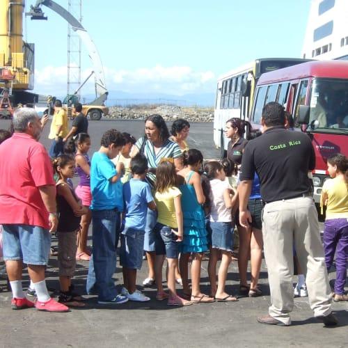 プンタレナス(コスタリカ) 地元孤児院の子供たちを船に招待 | プンタレナス(プエルト・カルデラ)