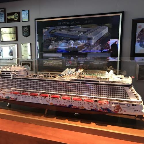 ゲンティンドリーム の乗船は去年1月に乗ってから2度目です チェンマイのランタン祭りに行く予定で誘った女性が初海外だったので、 思い出に残る旅行にしてあげたくて、 クルーズも付ける事にしました | 客船ゲンティン・ドリームの外観、船内施設