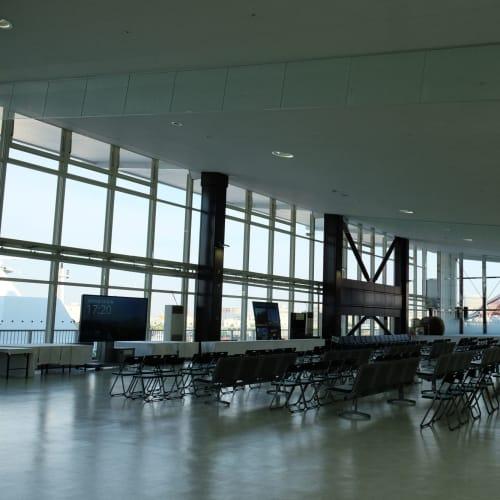 ポートターミナルの2Fフロア。ダイヤモンド・プリンセスはこちらのクルーズターミナルを利用ですね。  「神戸ポートターミナル」:ポートライナーの「ポートターミナル駅」隣接です(三宮駅から2駅/約5分) | 神戸