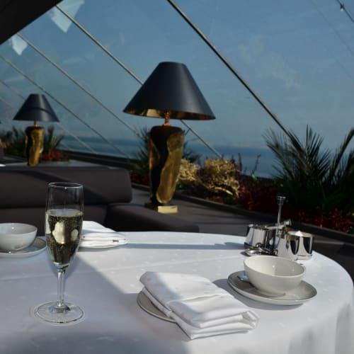 シャンパンを頂きながら処女航海に出航 | 客船MSCディヴィーナのフード&ドリンク、船内施設