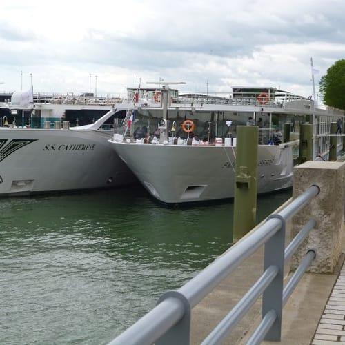 リバークルーズの船は増え、横並びに停泊し、岸側の船を通り抜けて上陸ということが少なくありません。この時は我々の船は岸側でしたが、反対でほかの船を通り抜けてということもありました。 | 客船エメラルド・リベルテの外観