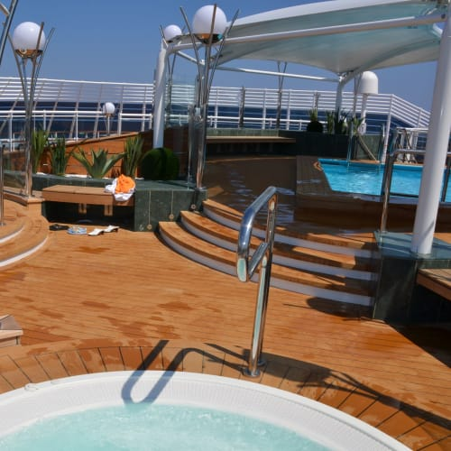 ご覧のようにヨットクラブ専用エリアはすいていて、カクテル等(勿論フリー)頂きながらゆったりとプライベートタイムを過ごせる | 客船MSCディヴィーナの船内施設