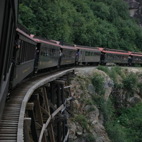 渓谷や滝を見下ろしながら片道約90分の列車旅 | スカグウェイ(アラスカ州)