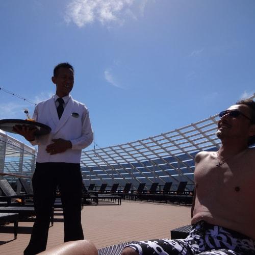 メインプールの大混雑を尻目に、いつでも余裕があってのんびりできる。  太陽が一杯!   客船MSCファンタジアの乗客、クルー、船内施設