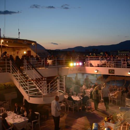 日が暮れてデイナーは最高潮に達する | 客船シーボーン・スピリットの乗客、フード&ドリンク、船内施設