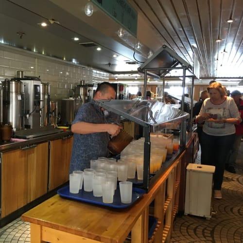 朝食の飲み物はここでいただきます。温かい飲み物はスタッフ(左側の人)にお願いして、入れてもらいます。 | 客船プルマントゥール・ホライズンのブッフェ、フード&ドリンク