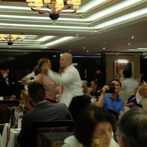 最終日のディナーはメートルディーが歌い、ウェイターが踊ります。 | 客船コスタ・ネオロマンチカのダイニング、クルー、アクティビティ