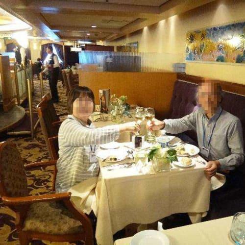 ほとんどが大人数用のテーブルですが、数少ない二人用テーブルを割り当てくれました。 | 客船プルマントゥール・モナークのダイニング、乗客