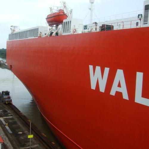 パナマ運河 運河を通過する自動車運搬船 | パナマ運河